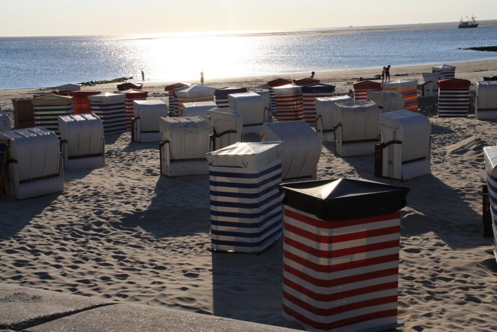 Strandkörbe auf Borkum mit Sonnenuntergang